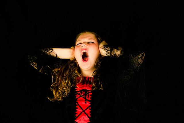 křičící holka