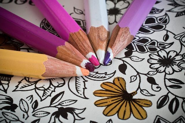 omalovánky pro dospělé a barevné tužky.jpg