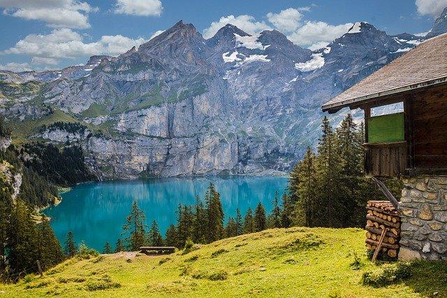 chatka u jezera v horách