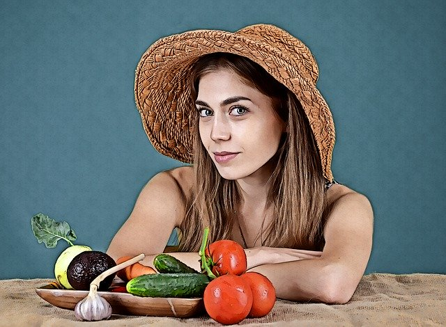 žena sedící před zdravou snídaní